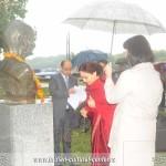 Indijska ambasadorka Narinder Čauhan polaže cveće na spomenik Mahatme Gandija