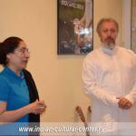 Indijska ambasadorka u Srbiji Narinder Čauhan i profesor Predrag Nikić prilikom posete ambasadorke Međunarodnoj joga akademiji