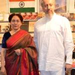 Ambasadorka Indije Narinder Čauhan i prof. dr Predrag Nikić - predsednik Indijskog kulturnog centra u Indiji ispred štanda Indijske ambasade na 58. Sajmu knjiga u Beogradu