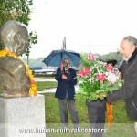 Prof. dr Predrag Nikić polaže cveće na spomenik Mahatme Gandija